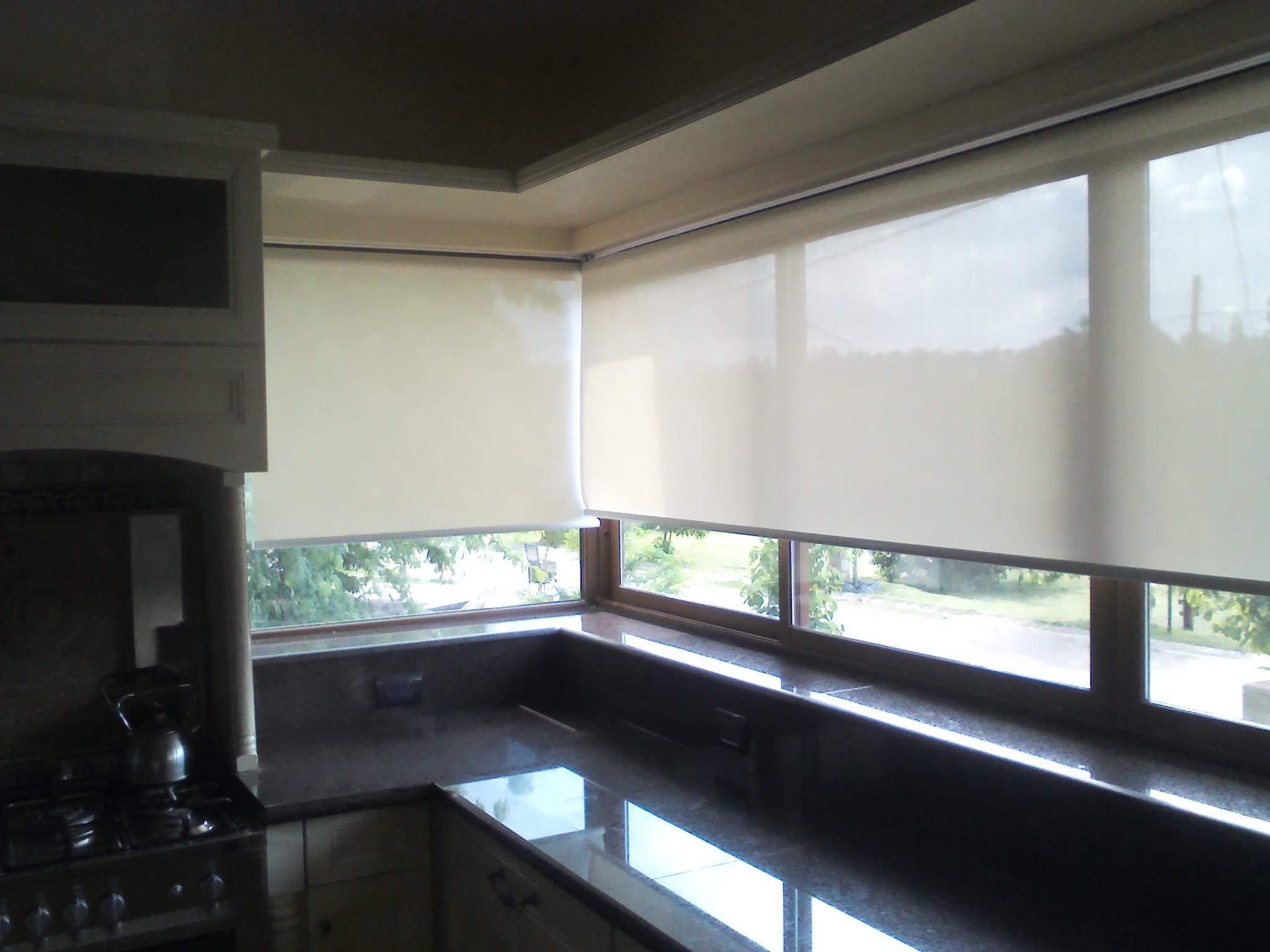 White linen en cocina rollershow - Cortinas screen cocina ...